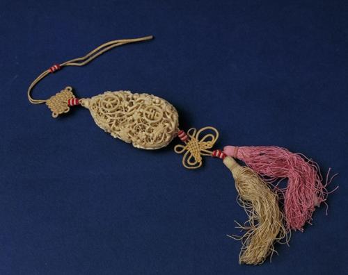 象牙镂雕葫芦式花囊.jpg