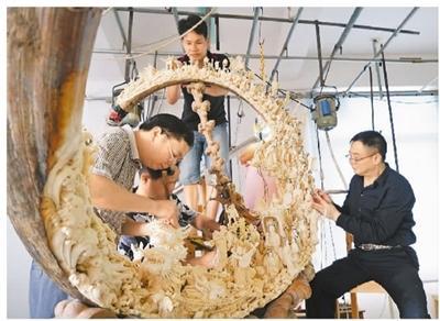 创新让牙雕艺术与时代同行——访香港亚博app下载苹果版牙雕大师朱忠盛